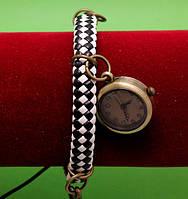 """Женские наручные часы-браслет на широком плетеном ремешке с подвесками """"Дживистон"""", черно-белый"""