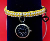 """Женские наручные часы-браслет на плетеном кожаном шнуре с подвесками """"Монто"""", желтый с белым"""