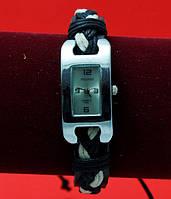 """Женские наручные часы-браслет на плетеном кожаном  шнуре с подвесками """"Андамоока"""", черный с белым"""