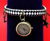 """Женские наручные часы-браслет на широком плетеном кожаном ремешке с подвесками """"Мериленд"""", черно-белый"""