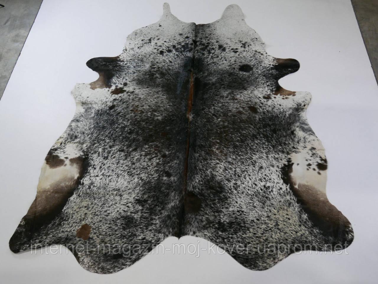 Шкура коровы на пол черно коричневого цвета с белыми вкраплениями