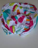 Простынь на резинке в детскую кроватку «разноцветные перышки»
