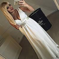 Элегантное женское шифоновое платье в пол пояс и плечи украшены камнями. Молочный цвет