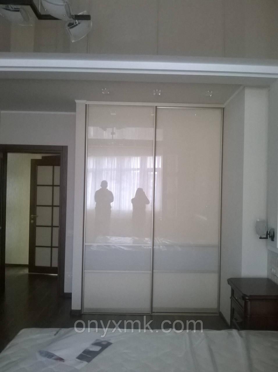 Шкаф-купе в спальную  с крашеным стеклом