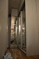 Угловой шкаф-купе в прихожую. Раздвижная система в шкафу. Распашная дверь в шкафу.