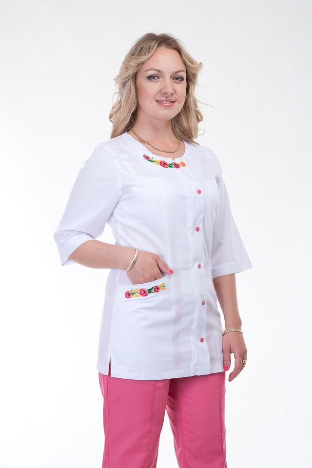 Розовый женский медицинский костюм с вышивкой
