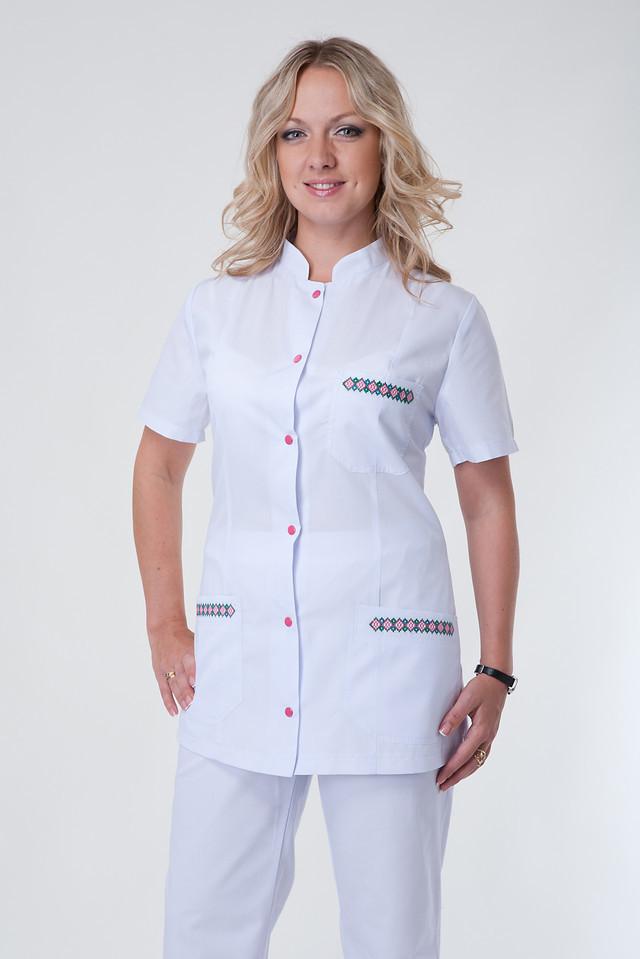 Белый женский медицинский костюм с вышивкой
