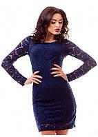 Красивое женское платье мини прилегающего фасона с длинным рукавом гипюр