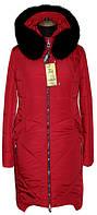 Стильная удлиненная куртка на зиму в ярком красном цвете