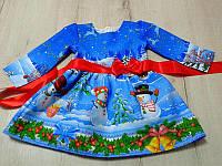Яркое праздничное платье на девочку с контрастными поясом и новогодним принтом