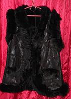 Стильная женская жилетка на овечьей шерсти и кожи с опушкой - черного цвета
