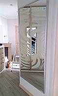 Зеркало в серебристой раме из дерева для прихожей.