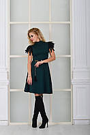 Модное темно-зеленое  платье с натуральными перьями на рукавах. Арт-8997/72