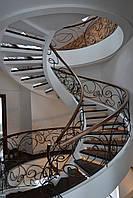 Лестница деревянная с металлическим ограждением и ковкой
