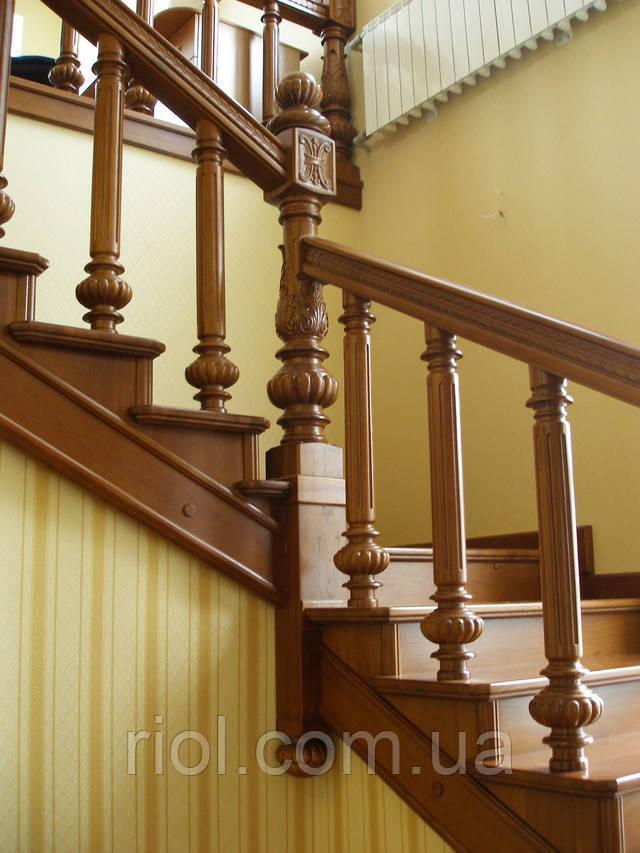 деревянная лестница закрытая