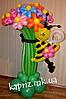 Букет из шаров из 15 ромашек с пчелкой