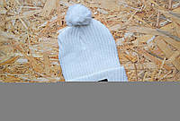 Стильная белая шапка с бубоном The North Face Beanie