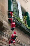 Фигуры Санта Клауса 30 см карабкаются на лестнице в окно