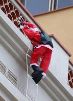 Фигура Деда Мороза подвесной 120 см на лестнице лезет на балкон