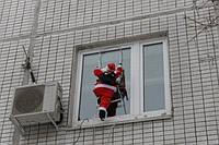 Фигурка Санта Клаус несет подарки 90 см карабкается в окно по лестнице