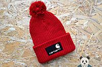 Яркая красная шапка carhartt с бубоном