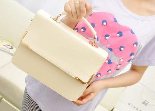 Женская сумочка-клатч бежевого цвета