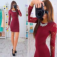 Женское стильное платье с кружевными рукавами и украшением