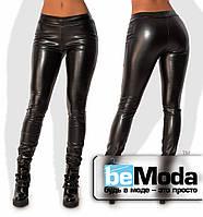 Эффектные женские леггинсы из утепленной экокожи облегающего кроя без декоративных элементов черные