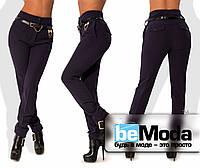 Деловые женские брюки из креп-костюмки на флисе с высокой талией и оригинальным пояском с декором в комплекте темно-синие