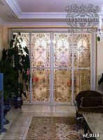 Витраж Тиффани из кусочков цветного стекла в стеклянных раздвижных дверях