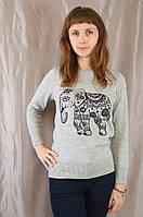 Модный трикотажный молодежный свитер с интересным принтом.