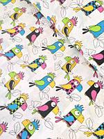 """Детский постельный комплект в кроватку """"Попугаи разноцветные на белом""""."""