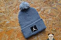 Стильная серая шапка с бубоном джордан,Jordan