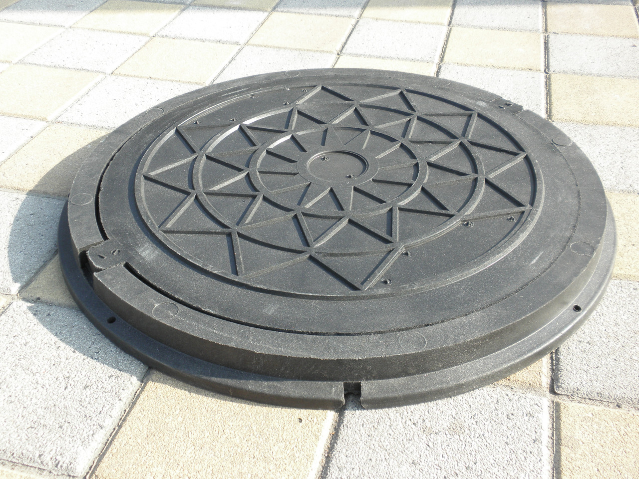 Люк канализационный полимерпесчаный садовый черный