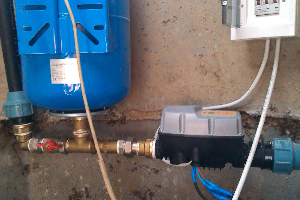 Водоснабжение многоквартирного дома на базе скважинного насоса Pedrollo 4SR и частотного преобразователя.