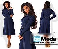 Стильное женское платье средней длины с оригинальными карманами, рубашечным воротником, блестящими пуговицами и тонким пояском в комплекте темно-синее