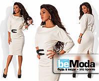 Приталенное женское платье классического фасона из однотонного трикотажа Джерси с необычным поясом в комплекте молочное