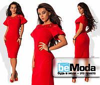 Оригинальное женское платье средней длины приталенного кроя из креп-дайвинга и вставкой из гипюра по краю декольте красное
