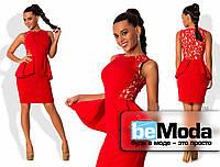 Стильное женское короткое платье приталенного кроя из креп-дайвинга со вставками из гипюра по бокам и широкой баской на талии красное
