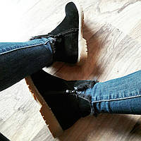 Короткие черные ботинки на меху со змейками по бокам