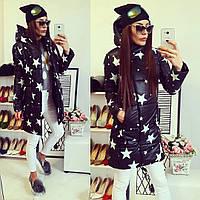 Женская удлиненная демисезонная курточка со звездами цвет черный