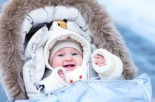 Как выбрать первый зимний комбинезон малышу