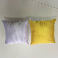 Подушка квадратная атласная бело-жёлтая.