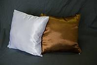 Подушка квадратная атласная бело-коричневая.