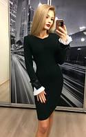 Черное женское платье с белыми манжетами приталенное