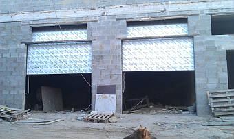 Ворота Алютех серии Классик для больших гаражей и проемов с торсионными пружинами. Используется повышенный тип монтажа для высоких перемычек и для максимального подъема ворот под потолок. Рекомендуется управление цепным редуктором или автоматическое.