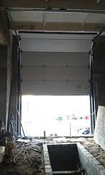 Гаражные ворота Алютех с высоким типом подъема.