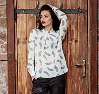 Офисная женская блуза с брошью Перо белая