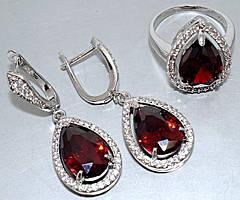 """Набор  """"серьги и кольцо"""",покрытие родием. Камень: белый и бордовый циркон. Высота серьги: 4 см Ширина: 15 мм."""