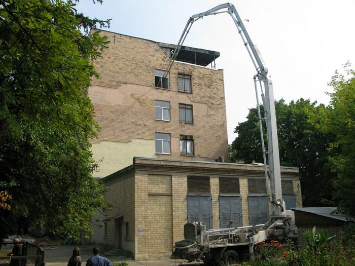 Подача бетона для устройства высокопрочного пола.